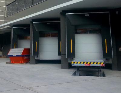 Anpassrampen für den Warenumschlag am Flughafen