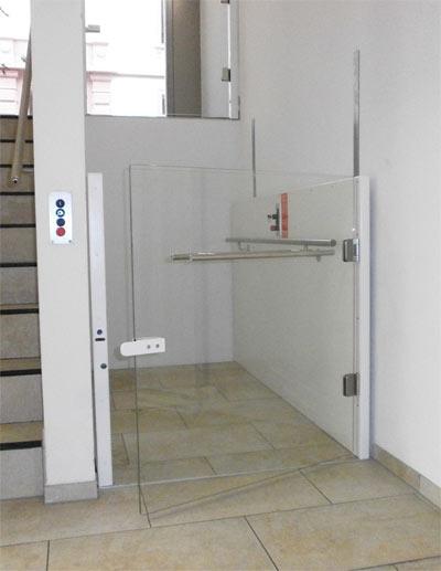 Rollstuhlhebebühne als Liftersatz in einem Treppenhaus