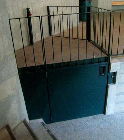 Installation einer Rollstuhlhebebühne im Basler Zoo