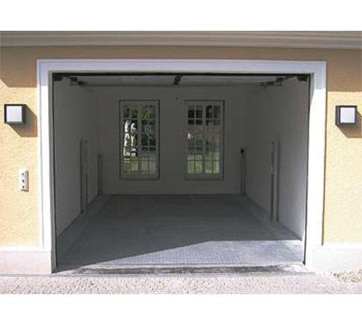 Autoaufzug in einer Garage